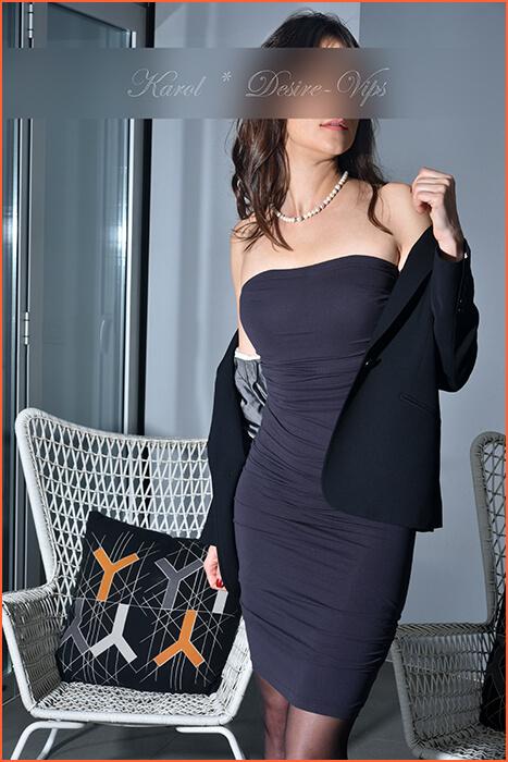 Karol modell og eskorte av høy stående.