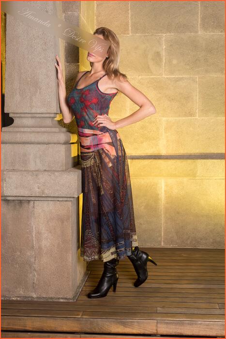 Amanda doprovází model vysokého postavení.
