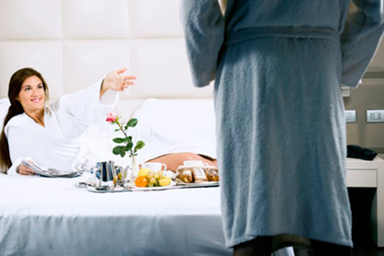 Escort desayunando en Hotel
