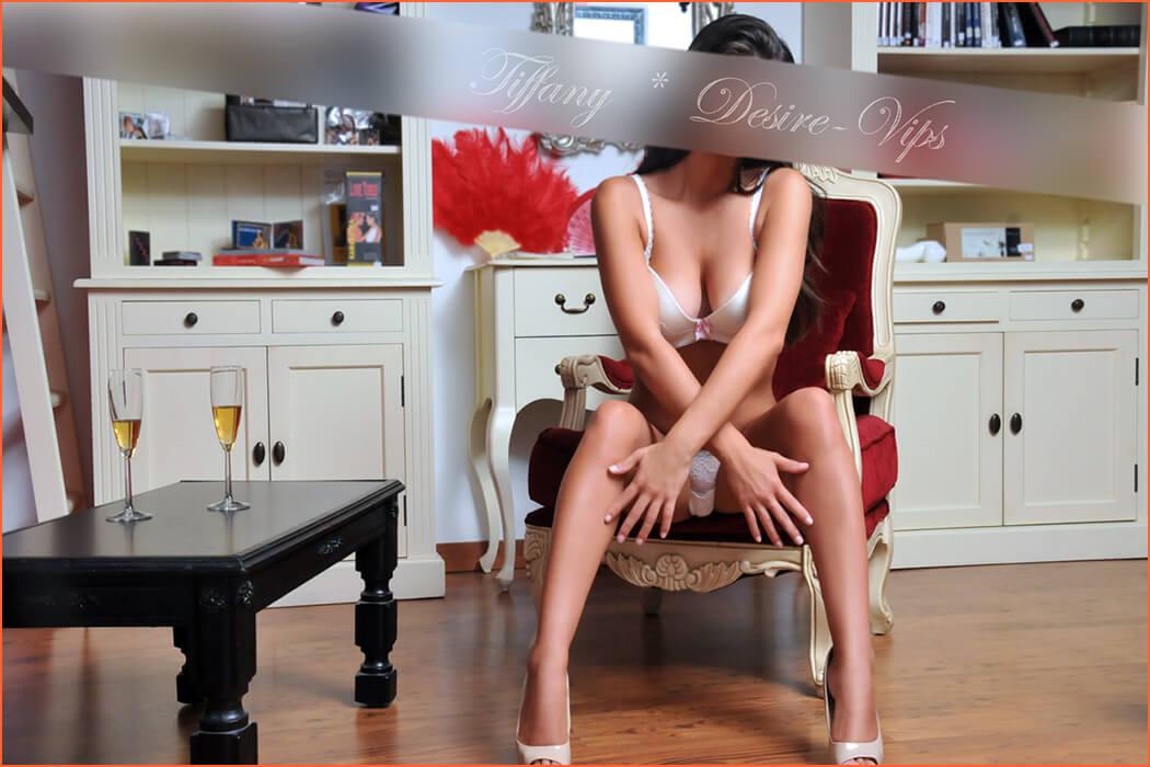 Tiffany mengawal berdiri vip tinggi keindahan besar.